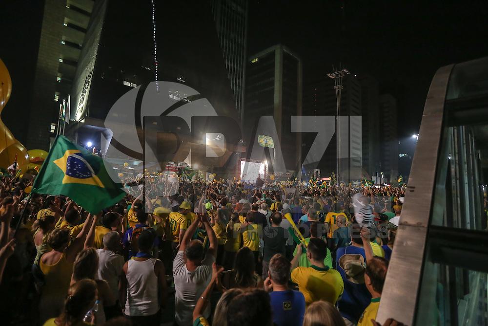 S&Atilde;O PAULO,SP, 17.04.2016 - PROTESTO-SP - <br /> Manifestantes a favor do impeachment da presidente Dilma Rousseff protestam na Avenida Paulista, em S&atilde;o Paulo, durante a vota&ccedil;&atilde;o do processo na C&acirc;mara Federal, em Bras&iacute;lia, neste domingo, 17. (Foto: Vanessa Carvalho/Brazil Photo Press)