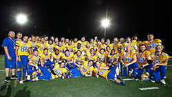 06.06.2014, Stadion Ravelinstrasse, Wien, AUT, American Football Europameisterschaft 2014, Spiel um Platz 5, Daenemark (DEN) vs Schweden (SWE), im Bild Mannschaftsfoto Schweden mit dem Pokal fuer den 5. Platz // during the American Football European Championship 2014 game for place 5 between Denmark and Sweden at the UPC Arena, Graz, Austria on 2014/06/06. EXPA Pictures © 2014, PhotoCredit: EXPA/ Thomas Haumer