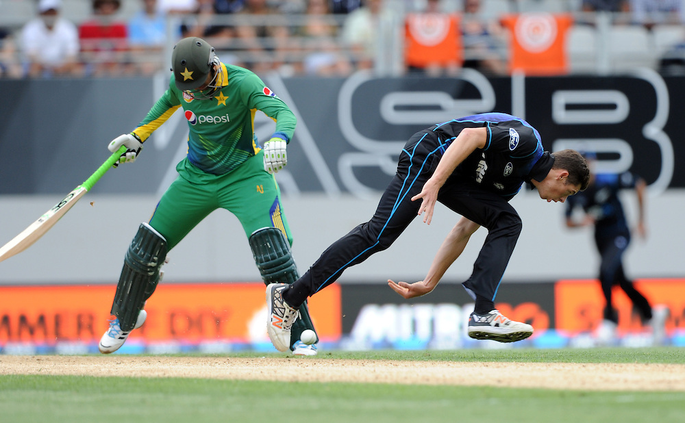 New Zealand's Mitchell Santner fields in front of Pakistan's Shoaib Malik in the 3rd ODI International Cricket match at Eden Park, Auckland, New Zealand, Sunday, January 31, 2016. Credit:SNPA / Ross Setford