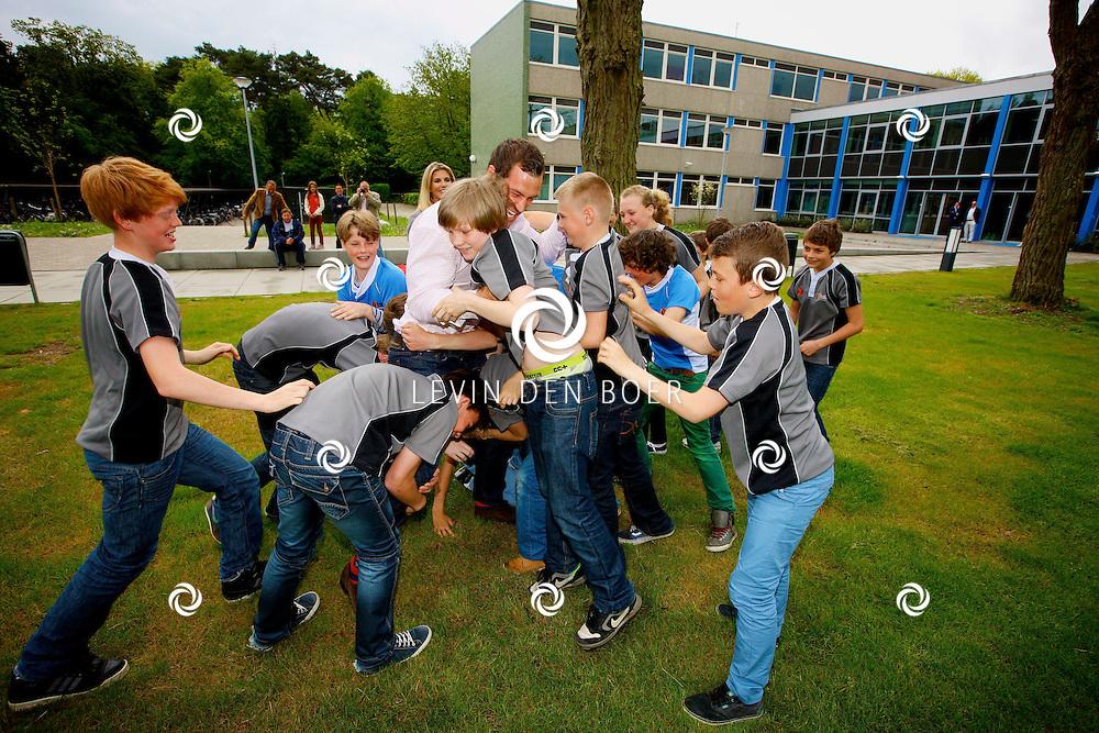 HILVERSUM - Rugby Academy MiddenOost presenteertde haar nieuwe ambassadeurs op het Comenius College. Met op de foto het Rugby Academy MiddenOost Team die met z'n allen Rugby speler Tim Visser te grazen gingen pakken. FOTO LEVIN DEN BOER - PERSFOTO.NU