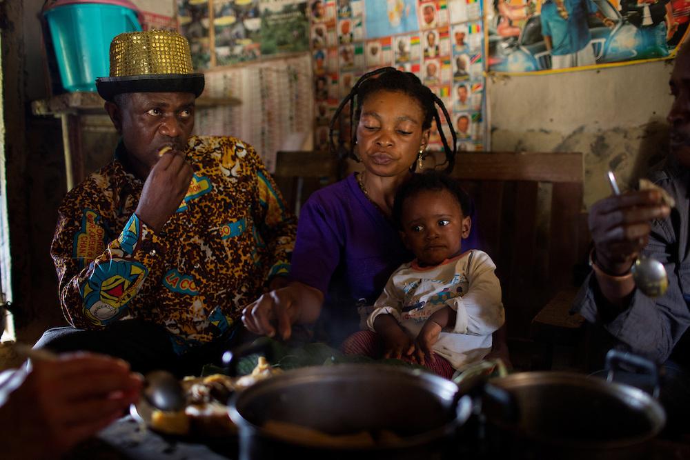Nyambembe, Congo<br /> <br /> En av rebell gruppen RM, Raia Mutomboki, f&auml;sten &auml;r i byn Nyambembe.<br /> Presidenten Donatien &quot;Dona&quot; Kengwa tillsammans med sin familj barnet Junior och frun Celine.<br /> <br /> Photo: Niclas Hammarstr&ouml;m