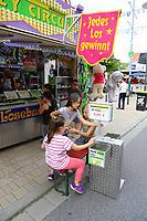 Mannheim. 15.07.17 | Neue Kerwe In Wallstadt<br /> Wallstadt. Marktplatz am Rathaus. Die Neue Kerwe. Mit buntem Programm. Er&ouml;ffnung am Samstag Mittag.<br /> &bdquo;Die Neue Kerwe&ldquo; &ndash; Stadtteilfest&ldquo; steht unter dem Motto:<br /> &bdquo;Gege Hunger un Doascht helfe Bier und Woascht&ldquo;.<br /> <br /> BILD- ID 0103 |<br /> Bild: Markus Prosswitz 15JUL17 / masterpress (Bild ist honorarpflichtig - No Model Release!)