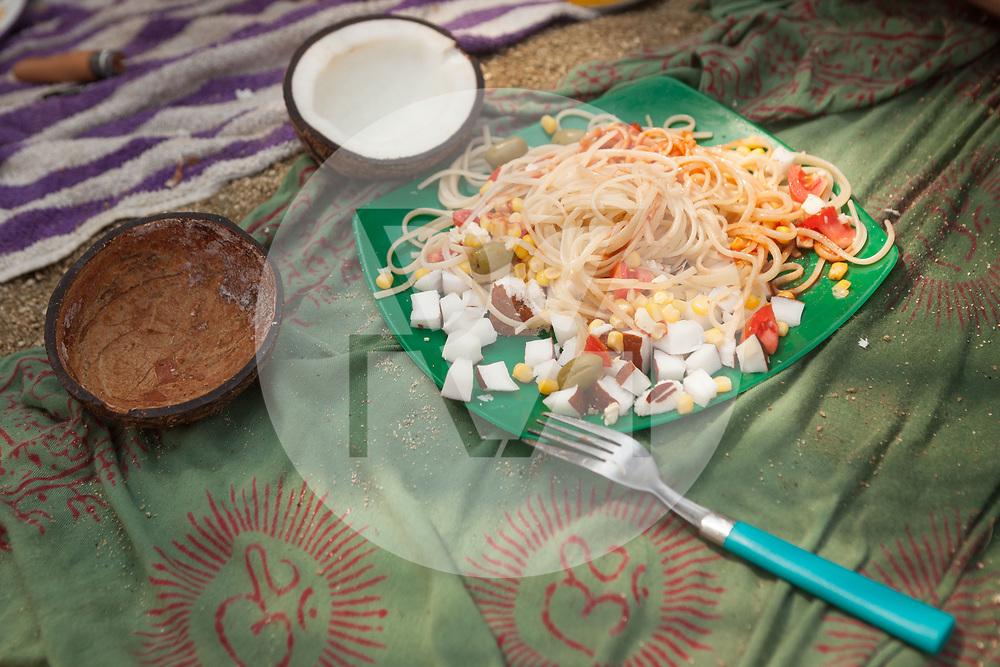 KOLUMBIEN - PARK TAYRONA - Mittagessen am Strand, Spaghetti mit Kokosnuss und Gemüse - 15. April 2014 © Raphael Hünerfauth - http://huenerfauth.ch