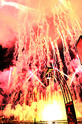 Desde 2001, esta maravilhosa e surpreendente ópera a céu aberto conhecida por Nativitateen já encantou mais de meio milhão de pessoas. Produzido às margens do Lago Joaquina Rita Bier, onde cantores líricos posicionados em balsas, remontam a origem do natal. Chamas de fogo saem de dentro do Lago, chafarizes de água desenham formas em meio a raios laser, fogos de artifícios costuram os temas do início ao fim, numa comovente e única apresentação.E a partir da edição de 2009, o que já era puro encanto tornou-se ainda mais comovente: um coral de 100 vozes faz performances e interage com o público o tempo todo dando mais emoção à atração. Foto: Marcos Nagelstein