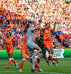 01-06-2019 NED: Netherlands - Australia, Eindhoven<br /> <br /> Friendly match in Philips stadion Eindhoven. Netherlands win 3-0 / goalkeeper Lydia Williams #1 of Australia, Danielle van de Donk #10 of The Netherlands
