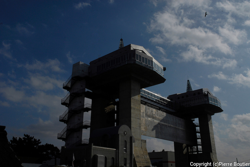 JAPON ; Numazu Shizuoka ;Prefecture,Porte barrage anti tsunami qui se ferme en trois minute apres  declenchement de l'alerte au tsunami lors de grand tremblement de terre (TOKAI) de niveaux six  sur l'echelle de Richter Japan, Numazu Shizuoka, Prefecture, dam gate that closes against tsunami in three minutes after (alert)release of the tsunami warning at great earthquake (TOKAI) levels of six on the Richter scale