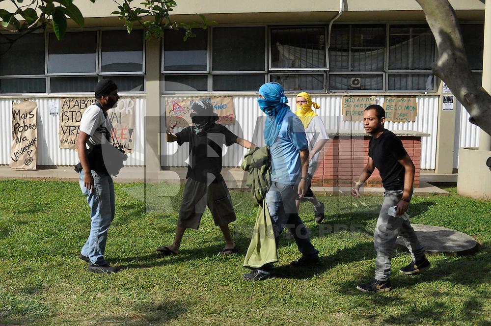 SÃO PAULO, SP, 05 DE NOVEMBRO DE 2011 - INVASÃO REITORIA USP - Manifestantes perseguem e ameaçam fotógrafo que tentava registrar movimentação dos invasores no local. Os manifestantes tem até a noite de segunda feira para desocupar o prédio. FOTO: LEVI BIANCO - NEWS FREE.