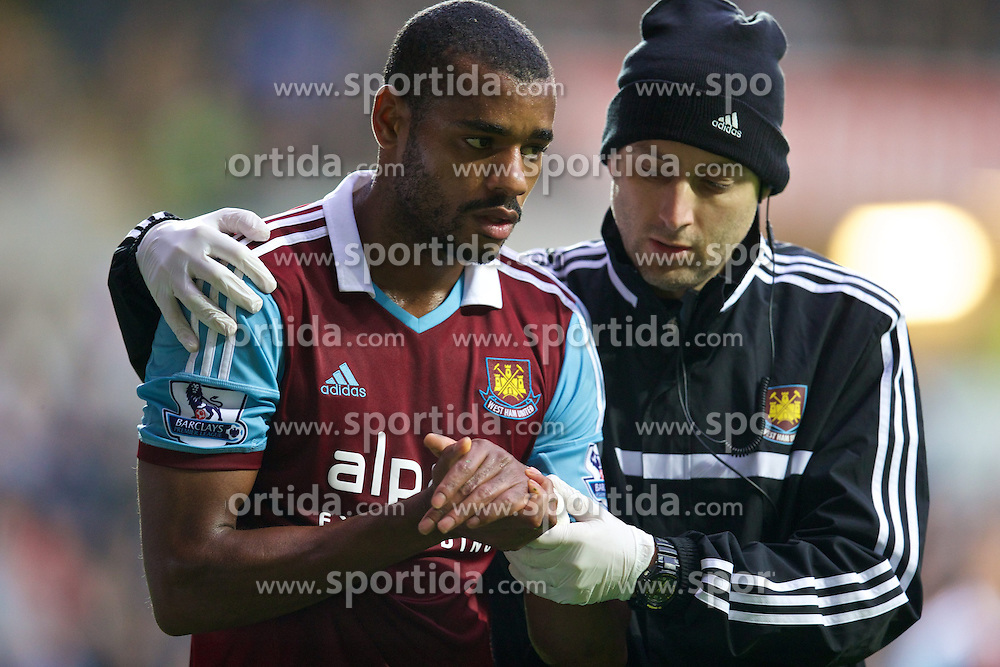 27.10.2013, Liberty Stadion, Swansea, ENG, Premier League, Swansea City vs West Ham United, 09. Runde, im Bild West Ham United's Ricardo Vaz Te goes off with an injury to his left wrist // during the English Premier League 09th round match between Swansea City AFC and West Ham United at the Liberty Stadion in Swansea, Great Britain on 2013/10/27. EXPA Pictures &copy; 2013, PhotoCredit: EXPA/ Propagandaphoto/ David Rawcliffe<br /> <br /> *****ATTENTION - OUT of ENG, GBR*****