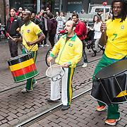 NLD/Amsterdam/20140406 - Inloop filmpremière Rio 2, Braziliaanse danseressen en drumband