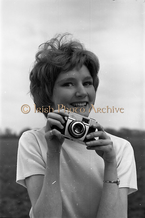 05/03/1964<br /> 03/05/1964<br /> 05 March 1964<br /> Miss Gail ? (Ganet ?) Head with camera, model with the Violet Collins Model Agency.