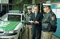 """15.07.1998, Germany/Bonn:<br /> Matthias Wissmann, CDU, Bundesverkehrsminister, übergibt Schulungsprogramm """"Drogenerkennung im Straßenverkehr"""" an die Polizei, Bundesverkehrsministerium<br /> IMAGE: 19980715-03/01-30"""
