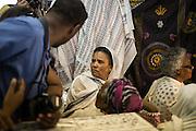 Pellegrini etiopi in fila per farsi tatuare da Wassim. Molti rivedono nelle pene del tatuaggio un'identificazione nelle sofferenze del Cristo