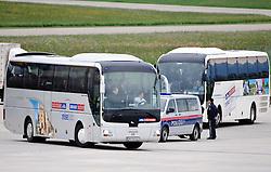 17.05.2010, Flughafen, Graz, AUT, FIFA Worldcup Vorbereitung, Ankunft England, im Bild Ankunft des englischen Teams am Flughafen Graz Thalerhof, EXPA Pictures © 2010, PhotoCredit: EXPA/ S. Zangrando / SPORTIDA PHOTO AGENCY