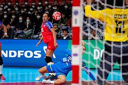 05-12-2019 JAP: Cuba - Slovenia, Kumamoto<br /> Fourth match groep A at 24th IHF Womenís Handball World Championship. Slovenia win 39 - 26 of Cuba / Nina Zabjek #9 of Slovenia, Gleinys Reyes Gonzalez #10 of Cuba