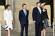 Koning Willem-Alexander en koningin Maxima verwelkomen de Argentijnse president Mauricio Macri en zijn vrouw Juliana Awada op de Dam aan het begin van hun tweedaagse staatsbezoek aan Nederland . <br /> <br /> King Willem-Alexander and Queen Maxima welcome Argentine president Mauricio Macri and his wife Juliana Awada on Dam at the beginning of their two-day state visit to the Netherlands.<br /> <br /> Op de foto / On the photo:  Koning Willem-Alexander en koningin Maxima met de Argentijnse president Mauricio Macri en zijn vrouw Juliana Awada  ////  King Willem-Alexander and Queen Maxima with Argentine President Mauricio Macri and his wife Juliana Awada