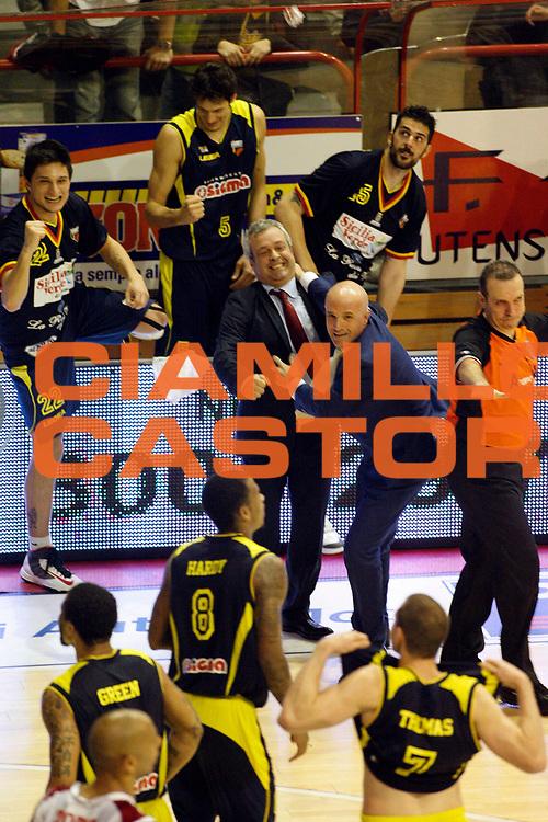 DESCRIZIONE : Pistoia Lega A2 2012-13 Giorgio Tesi Group Pistoia Sigma Barcellona<br /> GIOCATORE : Coach Perdichizzi Giovanni<br /> SQUADRA : Sigma Barcellona<br /> EVENTO : Campionato Lega A2 2012-2013<br /> GARA : Giorgio Tesi Group Pistoia Sigma Barcellona<br /> DATA : 14/04/2013<br /> CATEGORIA : Esultanza<br /> SPORT : Pallacanestro<br /> AUTORE : Agenzia Ciamillo-Castoria/Stefano D'Errico<br /> Galleria : Lega Basket A2 2012-2013 <br /> Fotonotizia : Pistoia Lega A2 2012-2013 Giorgio Tesi Group Pistoia Sigma Barcellona<br /> Predefinita :