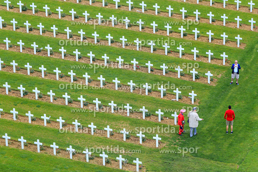 08.06.2016, Verdun, FRA, auf dem Schlachtfeld des Ersten Weltkriegs, Verdun, im Bild Touristen bei den Graebern von gefallenen Soldaten auf den Friedhof bei Beinhaus Douaumont // Tourists visit the Graves of fallen soldiers in the cemetery at the Douaumont Ossuary in Verdun, France on 2016/06/08. EXPA Pictures © 2016, PhotoCredit: EXPA/ JFK
