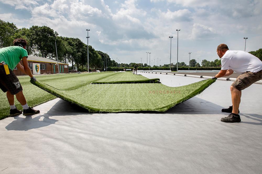 Groningen 20140731. Werkzaamheden sportpark Corpus den Hoorn. uitrollen kunstgras op veld van Groen Geel. foto: Pepijn van de Broeke. kilometers: 8