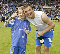Fotball<br /> England 2004/2005<br /> Foto: SBI/Digitalsport<br /> NORWAY ONLY<br /> <br /> Wigan Athletic v Reading<br /> Coca-Cola Championship<br /> 08/05/2005<br /> <br /> Wigan's Lee McCulloch celebrates with his son as his team win promotion