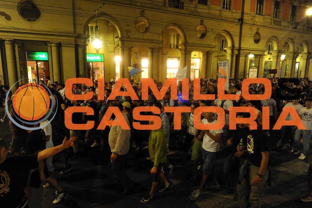 DESCRIZIONE : Forli LNP Lega Nazionale Pallacanestro Serie A Dilettanti 2009-10 Playoff Finale Gara5 Vemsistemi Forli Amori Fortitudo Bologna<br /> GIOCATORE : tifosi corteo festeggiamenti a Bologna <br /> SQUADRA : Amori Fortitudo Bologna<br /> EVENTO : Lega Nazionale Pallacanestro 2009-2010 <br /> GARA : Vemsistemi Forli Amori Fortitudo Bologna<br /> DATA : 16/06/2010<br /> CATEGORIA : esultanza<br /> SPORT : Pallacanestro <br /> AUTORE : Agenzia Ciamillo-Castoria/M.Marchi<br /> Galleria : Lega Nazionale Pallacanestro 2009-2010 <br /> Fotonotizia : Forli LNP Lega Nazionale Pallacanestro Serie A Dilettanti 2009-10 Playoff Finale Gara5 Vemsistemi Forli Amori Fortitudo Bologna<br /> Predefinita :