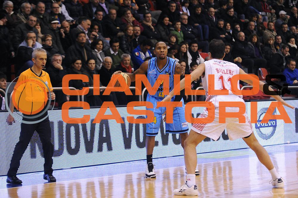 DESCRIZIONE : Milano Lega A 2009-10 Armani Jeans Milano Vanoli Cremona<br /> GIOCATORE : Earl Jerrod Rowland<br /> SQUADRA : Vanoli Cremona<br /> EVENTO : Campionato Lega A 2009-2010 <br /> GARA : Armani Jeans Milano Vanoli Cremona<br /> DATA : 20/12/2009<br /> CATEGORIA : palleggio<br /> SPORT : Pallacanestro <br /> AUTORE : Agenzia Ciamillo-Castoria/A.Dealberto<br /> Galleria : Lega Basket A 2009-2010 <br /> Fotonotizia : Milano Campionato Italiano Lega A 2009-2010 Armani Jeans Milano Vanoli Cremona<br /> Predefinita :
