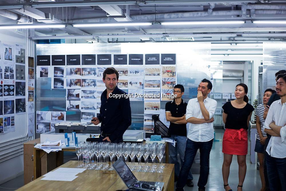 BEIJING, AUG.3, 2012 : Stararchitekt Ole Scheeren stellt seinen Mitarbeitern die neuesten Projekte in einer Slideshow im Ole Sceeren Buero vor.