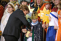 04 JUN 2008, BERLIN/GERMANY:<br /> Angela Merkel, CDU, Bundeskanzlerin, steckt ihre Spende in die Spendendose von einem der Heiligen drei Koenige, waehrend dem Empfang der Sternsinger im Bundeskanzleramt<br /> IMAGE: 20080104-01-027<br /> KEYWORDS: Heilige drei Koenige, Heilige drei K&ouml;nige, spendet, Geld, Geldscheine, Kanzleramt