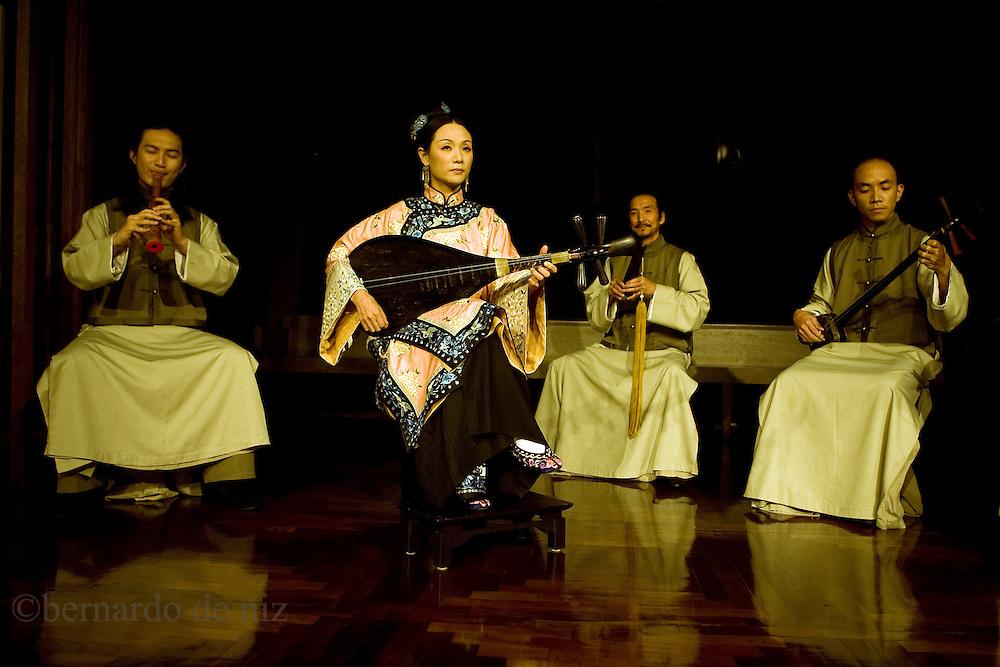 Taiwanese artist performs at the National palace museum in Taipei, Taiwan, on Wednesday  May 20, 2009/ Photographer: Bernardo De Niz/