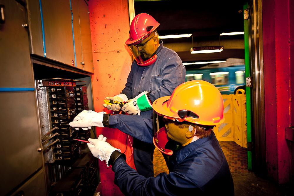 Les électriciens Gino Ciraulo et Richard teste le voltage à la station Monk.