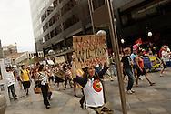 """Una manifestante porta una cartulina con el mensaje """"Monsanto terminar· con la humanidad"""". El 25 de mayo de 2013, centenares de personas salieron a las calles de Denver a manifestarse en contra de la corporacion Monsanto, productora de herbicidas y semillas geneticamente modificadas, entre otros.  Esta accion se realizoD en mas de 400 ciudades en mas de 50 paies alrededor del mundo. Photo: Graham Charles/Imagenes Libres."""