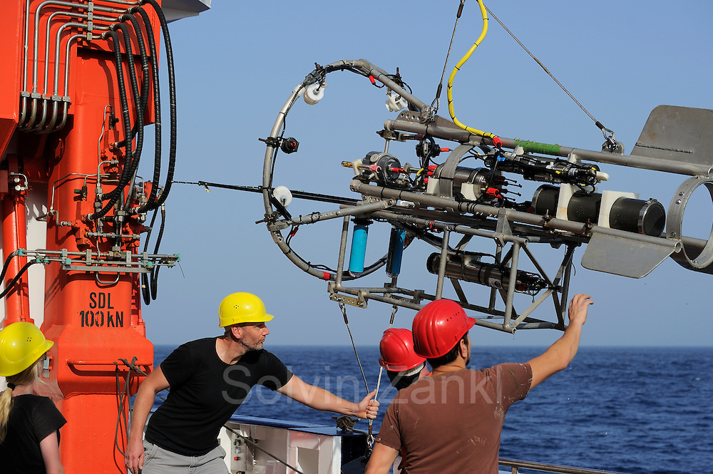 The PELAGIOS is a towed ocean observation instrument that consists of an aluminium frame with a forward looking HD video camera and LED lights. Underwater surveys with optical techniques like PELAGIOS, ROVs and plankton recorders have revealed fauna that are not sampled by nets, and show a diverse fauna of gelatinous organisms in the mesoand bathypelagic zones. During MSM49 PELAGIOS was used to investigate the impact of different oceanographic features on the vertical distribution, abundance and diversity of macrozooplankton and (micro)nekton. Atlantic Ocean, close to Cape Verde | Atlantischer Ozean, nahe Kap Verde