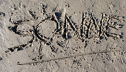 "SYMBOLBILD - der Schriftzug ""Sonne"" in Sand geschrieben, aufgenommen am 23.08.2015 in Caorle, Italien // the lettering ""Sonne"" written in sand in Caorle, Italia on 2015/08/23. EXPA Pictures © 2015, PhotoCredit: EXPA/ Jakob Gruber"