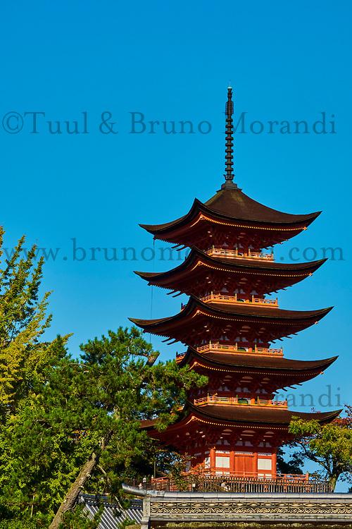 Japon, Ile de Honshu, Ile de Miyajima, sanctuaire shinto d'Itsukushima classé Patrimoine Mondial de l'UNESCO, pagode de cinq étages Gojunoto // Japan, Honshu island, Miyajima Island, Itsukushima Shrine, UNESCO World Heritage Site, Gojunoto five storied pagoda