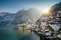 Morgendlicher Blick auf Hallstatt und Hallstätter See im Salzkammergut bei Sonnenaufgang im Winter.<br /> 1997 wurde Hallstatt als historische Kulturlandschaft in die UNESCO Liste des Welterbes aufgenommen.