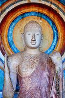 Sri Lanka, province du Centre-Nord, site d'Anuradhapura classé Patrimoine Mondial de l'UNESCO, capitale du Sri Lanka au IIIe siècle avant JC, Dagoba  de Ruvanvelisaya, statue de Bouddha // Sri Lanka, North Central Province, Anuradhapura, historic capital of Sri Lanka, UNESCO World Heritage Site, Ruvanvelisaya dagoba, Buddha statue