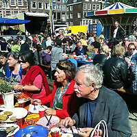 Nederland, Amsterdam , 1 mei 2011..Tradititioneel de dag na Koninginnendag is er een groot ontbijt op de Nieuwmarkt voornamelijk voor buurtbewoners..Foto:Jean-Pierre Jans