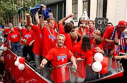 02-06-2003 NED: Huldiging bekerwinnaar FC Utrecht, Utrecht<br /> De spelers en de technische staf kregen een rondrit door de stad in een open Engelse dubbeldekker. Om 20.30 uur keert de stoet terug in Galgenwaard en zal in het stadion de officiële huldiging plaatsvinden / oa Stijn Vreven, Dirk Kuyt, Stefaan Tanghe, Alje Schut, Pascal Bosschaart, Harold Wapenaar