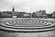 Nederland, Nijmegen, 14-2-1989Het Labyrint van Klaus van de Locht Langs de Waalkade in Nijmegen. Bij de spoorbrug, ligt sinds 1982 dit kunstwerk van Klaus van de Locht . van der Locht overleed in 2003 aan de ziekte MS. Het kunstwerk dreigt te verdwijnen vanwege de verzakking in de Waalkade en de toekomstige aanpassing van de kade.Foto: Flip Franssen/Hollandse Hoogte