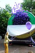 Prinses M&aacute;xima opent Week van het geld<br /> <br /> <br /> Hare Koninklijke Hoogheid Prinses M&aacute;xima der Nederlanden geeft maandagochtend 13 september in aanwezigheid van circa 200 kinderen het startsein voor de &lsquo;Week van het geld&rsquo; op het Frederiksplein te Amsterdam. Tijdens de Week van het geld staat omgaan met geld centraal. Het programma is voor kinderen van 4 tot 12 jaar.<br /> <br /> De Week van het geld is een initiatief van CentiQ, Wijzer in geldzaken, SchoolTV en het Nibud om het financi&euml;le bewustzijn van kinderen in het basisonderwijs te bevorderen.