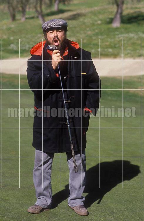 Sanremo Music Festival 1988. Tenor Luciano Pavarotti in a golf course / Festival di Sanremo 1988. Il tenore Luciano Pavarotti in un campo da golf - © Marcello Mencarini
