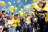 382806-reportage over Ferre Castrel-kindje uit 1ste leerjaar van basisschool De Ceder Kessel-dat lijdt aan beenderziekte-alle leerlingen van de school leven zich in in de ziekte van Ferre dmv spelletjes-lopen met krukken, behendigheidsoefeningen met rolstoel,..-hoogtepunt alle leerlingen laten gele ballonnen de lucht in-Kessel-foto's Joren De Weerdt JDW