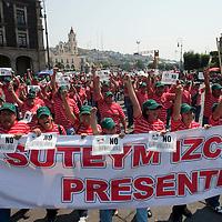 TOLUCA, Mexico.- Miles de trabajadores afiliados al Sindicato Unico de los Trabajadores de los Poderes, Municipios e Instituciones Descentralizadas del Estado de Mexico (Suteym) marcharon hasta la plaza civica donde realizaron un mitin conmemorativo al dia del trabajo y donde se pronunciaron en rechazo a la reforma laboral. Agencia MVT / Mario Vazquez de la Torre. (DIGITAL)
