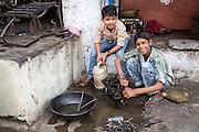 Fleissig arbeitende Jugendliche. Sie sind stolz auf ihre Arbeit im Vorhof neben der Strasse nach  Vrindavan, einem heiligen Ort.