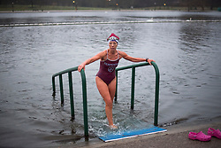 © Licensed to London News Pictures. 25/12/2017. London, UK. A swimmer takes a quick dip before members of the Serpentine Swimming Club brave the cold waters at the Serpentine Lake in Hyde Park, London to compete for the traditional Peter Pan Cup on Christmas Day, December 25, 2017. Photo credit: Ben Cawthra/LNP