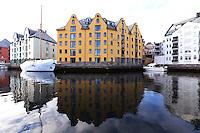 &Aring;LESUND 20130224. <br /> To b&aring;ter ligger utenfor Clarion Collection Hotel Bryggen i Brosundet i &Aring;lesund.<br /> Foto: Svein Ove Ekornesv&aring;g