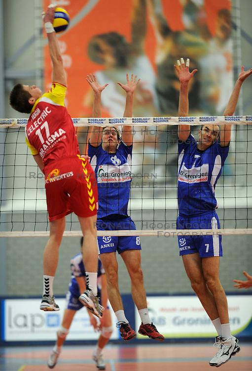 12-02-2011 VOLLEYBAL: AB GRONINGEN/LYCURGUS - DRAISMA DYNAMO: GRONINGEN<br /> In een bomvol Alfa-college Sportcentrum werd Dynamo met 3-2 (25-27, 23-25, 25-19, 25-23 en 16-14) verslagen door Lycurgus / Floris van Rekom (#17), Ron van Steen (#8) en Sime Vulin (#7)<br /> ©2011-WWW.FOTOHOOGENDOORN.NL