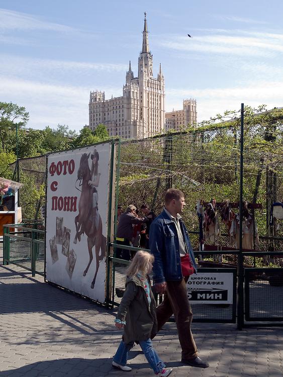 Der Moskauer Zoo wurde 1864 er&ouml;ffnet und ist damit der &auml;lteste Zoo Russlands. Hier werden rund 1000 Tierarten mit &uuml;ber 6.500 Exemplaren, vom Rotwolf &uuml;ber den Zobel bis zu den Elefanten, gehalten. Im &quot;Exotarium&quot;, einer Art Aquarium, kann man Unterwasserwelten samt Fauna tropischer Meere bewundern. Der Zoo wurde von 1990 bis 1997 grundlegend modernisiert und auf seine heutige Fl&auml;che von rund 21,5 Hektar erweitert. im Hintergrund eine der &quot;Sieben Schwestern&quot; von Moskau. <br /> <br /> Inner zone of the Moscow Zoo. The Moscow Zoo is the largest and oldest zoo in Russia - It was founded in 1864. In the back one of the so called &quot;Seven Sisters&quot; which were built during Stalin's last years.