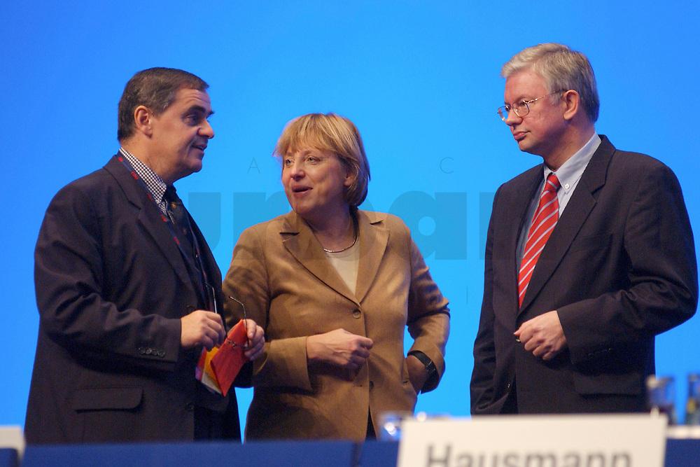 11 NOV 2002, HANNOVER/GERMANY:<br /> Peter Mueller (L), CDU, Ministerpraesident Saarland, Angela Merkel (M), CDU Bundesvorsitzende, und Roland Koch (R), CDU, Ministerpraesident Hessen, im Gespraech, CDU Bundesparteitag, Hannover Messe<br /> IMAGE: 20021111-01-128<br /> KEYWORDS: Parteitag, party congress, Peter M&uuml;ller, Ministerpr&auml;sident, gespr&auml;ch