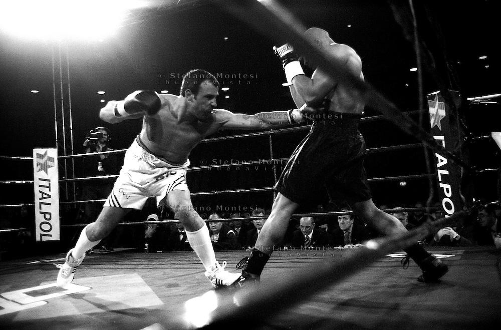 Roma 27 Marzo 2004.Palalottomatica  Incontro per il Campionato Europeo Pesi Massimi leggeri tra Vincenzo Cantatore (Italia) vs Ismael Abdoul (Belgio ).