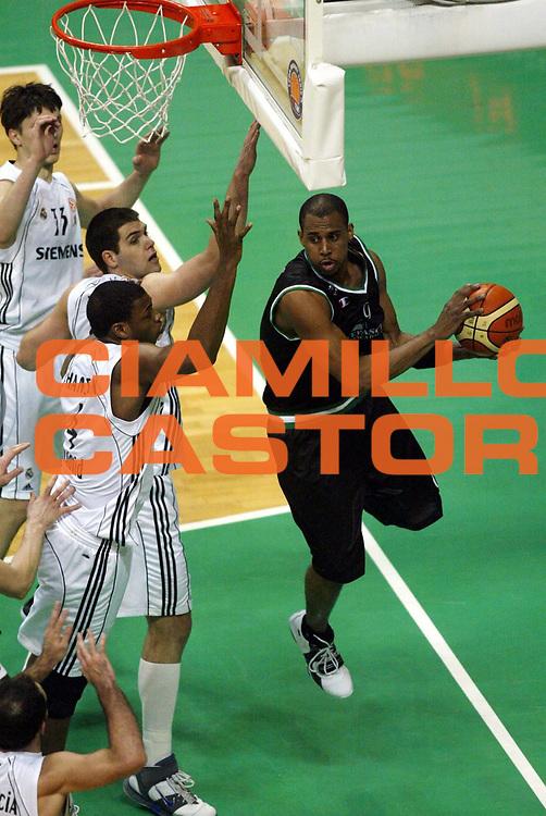 DESCRIZIONE : Siena Eurolega 2005-06 Montepaschi Siena Real Madrid <br /> GIOCATORE : Thomas <br /> SQUADRA : Montepaschi Siena <br /> EVENTO : Eurolega 2005-2006 <br /> GARA : Montepaschi Siena Real Madrid <br /> DATA : 01/02/2006 <br /> CATEGORIA : Passaggio <br /> SPORT : Pallacanestro <br /> AUTORE : Agenzia Ciamillo-Castoria/L.Moggi